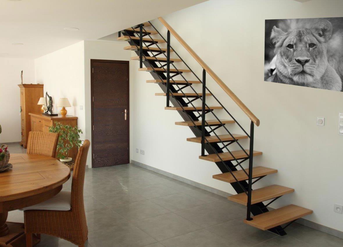 escalier droit avec limon central m tallique mb escaliers. Black Bedroom Furniture Sets. Home Design Ideas