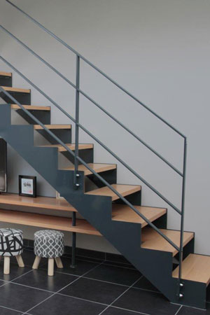 Escalier droit avec limons crémaillères en métal